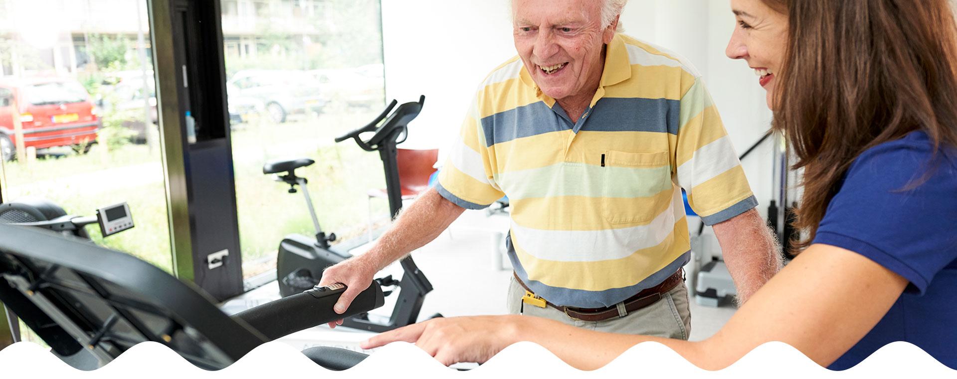 Oudere man op de loopband tijdens fysiotherapie | Fysio Stenia Zeist